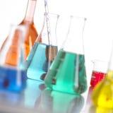 Botellas de cristal en laboratorio con el líquido coloreado Foto de archivo libre de regalías