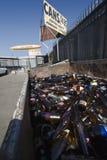 Botellas de cristal en Scrapyard Imagen de archivo libre de regalías