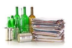 Botellas de cristal, latas del metal y periódicos Foto de archivo