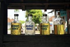 Botellas de cristal recicladas de la vodka en Ubud, Bali, Indonesia Fotografía de archivo