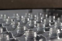 Botellas de cristal vacías en filas Foto de archivo