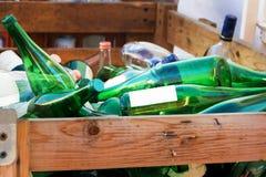 Botellas de cristal verdes en un montón Imagen de archivo