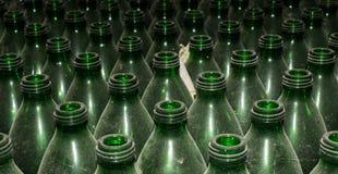 Botellas de cristal verdes vacías Imagenes de archivo