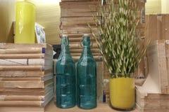 Botellas de cristal verdes vacías al lado de los libros sin cubiertas Imagen de archivo