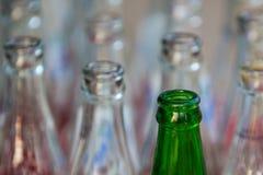 Botellas de cristal verdes y blancas vacías. Fotos de archivo libres de regalías