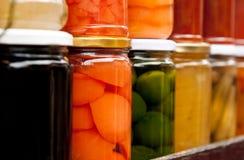 Botellas de dulces hechos en casa de la fruta. Imagen de archivo