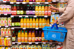 Botellas de jugo en supermercado Fotos de archivo libres de regalías