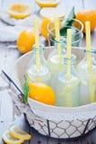 Botellas de la limonada de la cesta Imágenes de archivo libres de regalías