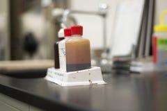 Botellas de la mancha de las bacterias del laboratorio Fotografía de archivo