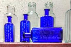 Botellas de la medicina del vintage en Farmacia Francesa de Cuba -2 Foto de archivo