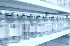 Botellas de la medicina en fila en estante del almacenamiento Fotografía de archivo libre de regalías