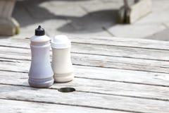 Botellas de la sal y del vinagre en la tabla de madera Imágenes de archivo libres de regalías