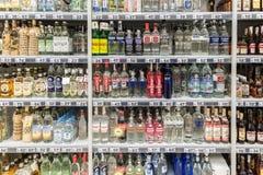 Botellas de la vodka en soporte del supermercado Imagen de archivo libre de regalías
