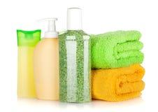 Botellas de los cosméticos con las toallas Imagen de archivo libre de regalías