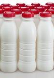 Botellas de los productos lácteos con las cubiertas brillantes fotos de archivo libres de regalías
