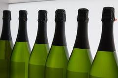 Botellas de los vinos blancos en la línea, vidrio verde interior Imagen de archivo
