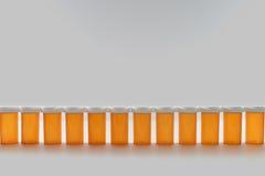 Botellas de píldora en fila Fotografía de archivo
