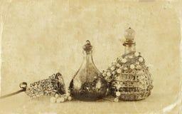 Botellas de perfume antiguas del vintage, en la tabla de madera imagen filtrada retra Foto del viejo estilo Imagen de archivo