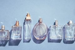 Botellas de perfume azules de cristal fotografía de archivo