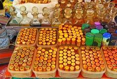 Botellas de perfume azules de cristal La India Venta barata imagen de archivo libre de regalías