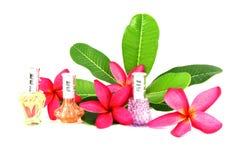 Botellas de perfume con las flores. Imagen de archivo libre de regalías