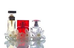 Botellas de perfume con las flores blancas del narciso Fotos de archivo