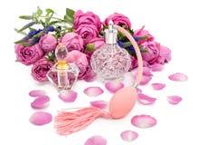 Botellas de perfume con las flores en el fondo blanco Perfumería, cosméticos, colección de la fragancia imagen de archivo
