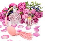 Botellas de perfume con las flores en el fondo blanco Perfumería, cosméticos, colección de la fragancia imágenes de archivo libres de regalías