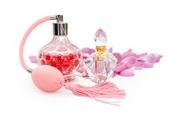 Botellas de perfume con los pétalos de la flor en el fondo blanco Perfumería, cosméticos, colección de la fragancia fotografía de archivo libre de regalías
