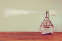 Botellas de perfume del antigue del vintage, en la tabla de madera imagen filtrada retra Foto de archivo
