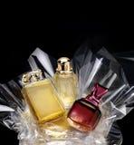 Botellas de perfume genéricas en un sistema del regalo Fotos de archivo
