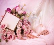 Botellas de perfume nupciales, rosas Imagen de archivo