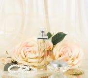 Botellas de perfume, rosa del blanco y granos de las perlas Imágenes de archivo libres de regalías