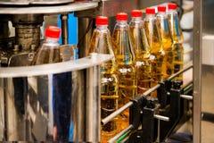 Botellas de relleno con el jugo fotografía de archivo
