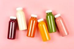 Botellas de smoothies multicolores Imagen de archivo