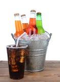 Botellas de soda frías en un cubo por completo de hielo Foto de archivo libre de regalías