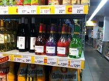 Botellas de vid en el supermercado Fotos de archivo