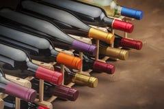 Botellas de vino apiladas en un estante Imagenes de archivo