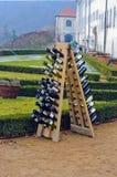 Botellas de vino apiladas en una pirámide Viaje en marzo de 2013 Fotos de archivo libres de regalías