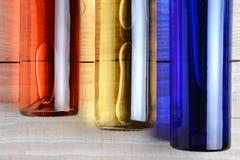 Botellas de vino azules blancas rojas Imágenes de archivo libres de regalías