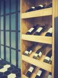 Botellas de vino blanco rojo y en filas en tienda de vino Imagen de archivo libre de regalías