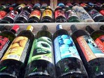 Botellas de vino con sabor a fruta en los estantes imagen de archivo libre de regalías