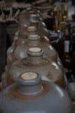 Botellas de vino de la arcilla en el mercado Imagenes de archivo
