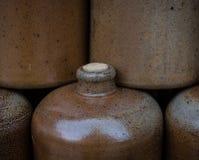 Botellas de vino de la arcilla en el mercado Imágenes de archivo libres de regalías