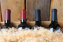 Botellas de vino del primer en embalaje imagenes de archivo