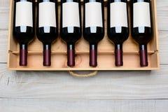 Botellas de vino en caso de que etiquetas en blanco Imágenes de archivo libres de regalías