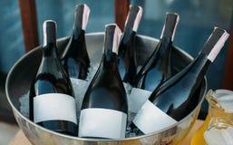 Botellas de vino en cuenco del hielo imagen de archivo libre de regalías