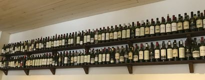 Botellas de vino en el estante fotos de archivo
