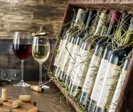 Botellas de vino en el estante de madera imagenes de archivo