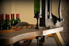Botellas de vino en el museo del vino - Burdeos Foto de archivo